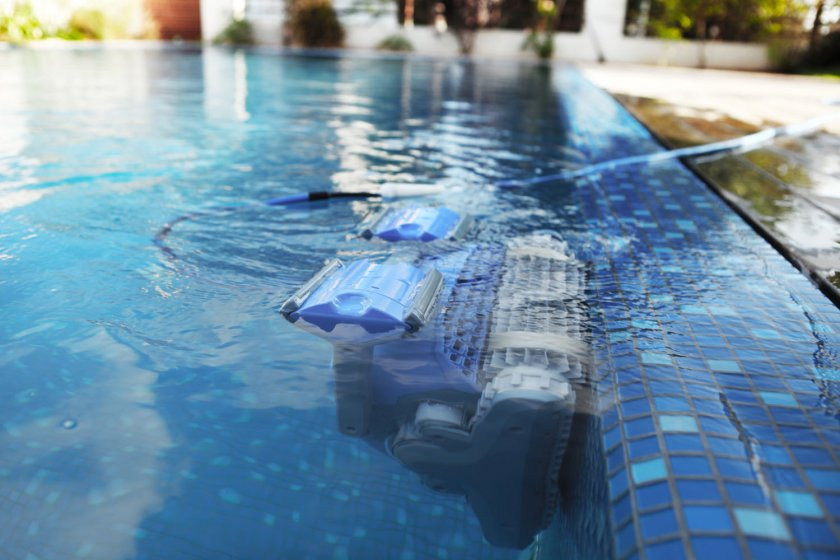 רובוט לניקוי בריכה דולפין SUPREME M4 PRO 4