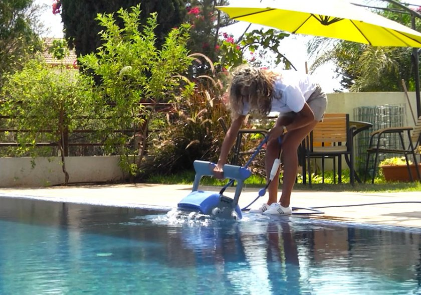 רובוט לניקוי בריכה דולפין SUPREME M4 PRO 8